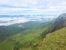 Τοπίο με το βουνό και τα όμορφα σύννεφα mai Chaing, Ταϊλάνδη στοκ εικόνα
