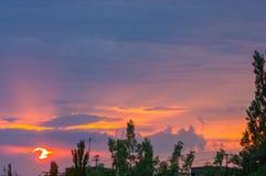 Τοπίο με το δραματικό ελαφρύ όμορφο χρυσό ηλιοβασίλεμα με το διαποτισμένους ουρανό και τα σύννεφα Στοκ Φωτογραφίες