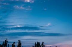 Τοπίο με το δραματικό ελαφρύ όμορφο χρυσό ηλιοβασίλεμα με καθισμένος Στοκ Φωτογραφίες