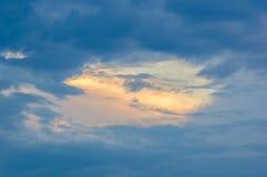 Τοπίο με το δραματικό ελαφρύ όμορφο χρυσό ηλιοβασίλεμα με καθισμένος Στοκ φωτογραφία με δικαίωμα ελεύθερης χρήσης