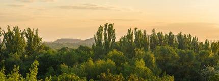 Τοπίο με το δραματικό ελαφρύ όμορφο χρυσό ηλιοβασίλεμα με καθισμένος Στοκ εικόνες με δικαίωμα ελεύθερης χρήσης