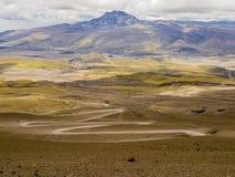 Τοπίο με το δρόμο με πολλ'ες στροφές ρύπου στο εθνικό πάρκο ηφαιστείων Cotopaxi, Ισημερινός Στοκ Εικόνα