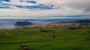 Τοπίο με το ηφαίστειο και Angra do Heroismo, νησί Terceira, Αζόρες, Πορτογαλία Monte Βραζιλία Στοκ εικόνες με δικαίωμα ελεύθερης χρήσης