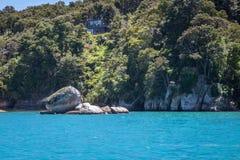 Τοπίο με το διασπασμένο βράχο της Apple ή Tokangawha στην παραλία Kaiteriteri, Νέα Ζηλανδία Στοκ Φωτογραφίες