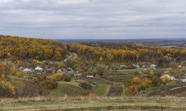 Τοπίο με το μικρό μακρινό χωριουδάκι Kharkivshchyna σε Sumskaya oblast, Ουκρανία στοκ εικόνα