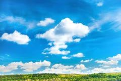 Τοπίο με το μπλε ουρανό και τους πράσινους λόφους Στοκ εικόνα με δικαίωμα ελεύθερης χρήσης