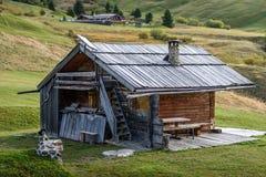 Τοπίο με το ξύλινο σπίτι στους δολομίτες Apl Στοκ Εικόνες