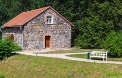 Τοπίο με το παλαιούς σπίτι και τον πάγκο πετρών Στοκ Φωτογραφίες