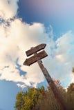 Τοπίο με το παλαιό ξύλινο σημάδι στοκ φωτογραφίες