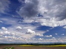 Τοπίο με το δραματικό ουρανό Στοκ Εικόνες