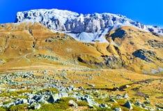 Τοπίο με το φθινόπωρο βουνών και κοιλάδων Καύκασου Στοκ Εικόνες