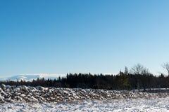 Τοπίο με το χιονισμένο τοίχο πετρών στοκ εικόνες