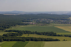 Τοπίο με το χωριό, σπίτια, δέντρα, τομείς Άποψη από το βουνό Toratau Στοκ Εικόνα