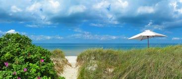 Τοπίο με το trasit στην παραλία και sunshade Στοκ εικόνα με δικαίωμα ελεύθερης χρήσης