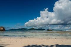 Τοπίο μιας τροπικής παραλίας με την κοραλλιογενή ύφαλο και το νεφελώδη ουρανό, Στοκ Φωτογραφίες