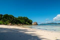 Τοπίο μιας τροπικής παραλίας με την κοραλλιογενή ύφαλο, Anse αυστηρό, Λα Δ Στοκ εικόνα με δικαίωμα ελεύθερης χρήσης