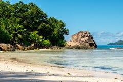 Τοπίο μιας τροπικής παραλίας με την κοραλλιογενή ύφαλο, Anse αυστηρό, Λα Δ Στοκ Φωτογραφίες