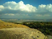 Τοπίο μπλε λευκό ουρανού σύννεφων Τα βουνά στην απόσταση desktop στοκ φωτογραφία
