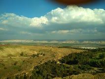Τοπίο μπλε λευκό ουρανού σύννεφων Τα βουνά στην απόσταση desktop στοκ φωτογραφία με δικαίωμα ελεύθερης χρήσης
