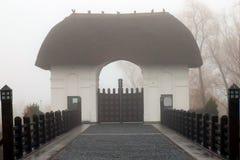 τοπίο μυστικό Όμορφη ρομαντική γέφυρα πετρών με το ξύλινες κιγκλίδωμα και την πύλη Η είσοδος στο παλαιό κάστρο με η στέγη, στοκ εικόνα