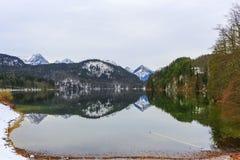 Τοπίο νερού και βουνών Στοκ φωτογραφία με δικαίωμα ελεύθερης χρήσης