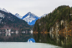 Τοπίο νερού και βουνών Στοκ Φωτογραφίες