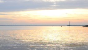 Τοπίο νερού με το φάρο και ουρανός κατά τη διάρκεια της χαραυγής απόθεμα βίντεο