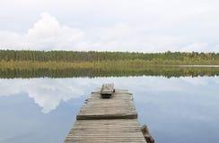 Τοπίο νερού: παλαιά ξύλινη αποβάθρα στη λίμνη Στοκ Εικόνες