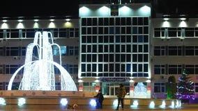 Τοπίο νύχτας με μια άποψη της διοίκησης της πόλης του θερέτρου Anapa και των ανθρώπων στο φ απόθεμα βίντεο