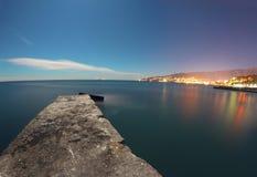 Τοπίο νύχτας με τα φω'τα της πόλης και της θάλασσας Στοκ φωτογραφία με δικαίωμα ελεύθερης χρήσης