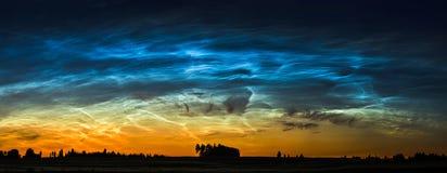 Τοπίο νύχτας με την ηλεκτρική γραμμή και Noctilucent σύννεφα στη Λιθουανία στοκ εικόνες