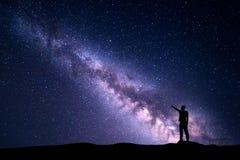 Τοπίο νύχτας με το γαλακτώδεις τρόπο και τη σκιαγραφία ενός ατόμου στοκ φωτογραφίες