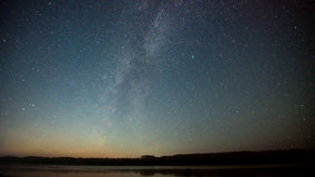 Τοπίο νύχτας με το ζωηρόχρωμο γαλακτώδη τρόπο και το κίτρινο φως στα βουνά Έναστρος ουρανός με τους λόφους στο καλοκαίρι όμορφος Στοκ φωτογραφίες με δικαίωμα ελεύθερης χρήσης