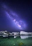 Τοπίο νύχτας με το ζωηρόχρωμο γαλακτώδη τρόπο στη θάλασσα με τις πέτρες ουρανός έναστρος Διαστημικό υπόβαθρο στοκ εικόνες με δικαίωμα ελεύθερης χρήσης