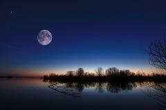 Τοπίο νύχτας στον ποταμό στοκ εικόνα με δικαίωμα ελεύθερης χρήσης