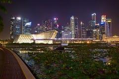 Τοπίο νύχτας της πόλης της Σιγκαπούρης που λαμβάνεται από τον μπροστινό περίπατο του Shoppes στις άμμους κόλπων μαρινών Στοκ εικόνες με δικαίωμα ελεύθερης χρήσης