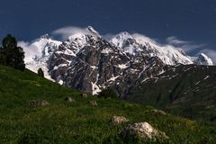 Τοπίο νύχτας των δύσκολων βουνών με τις χιονώδεις αιχμές σε Svaneti, Γεωργία Έναστρα βουνά ουρανού και Καύκασου νύχτας Στοκ εικόνες με δικαίωμα ελεύθερης χρήσης