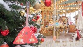 Τοπίο οδών του νέου έτους Διακοσμημένα ιπποδρόμιο χριστουγεννιάτικα δέντρα και τακτοποιημένος για τα Χριστούγεννα και το νέο έτος απόθεμα βίντεο