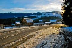 Τοπίο ορεινών χωριών με τα ξύλινα σπίτια στο ηλιοβασίλεμα Στοκ Φωτογραφίες