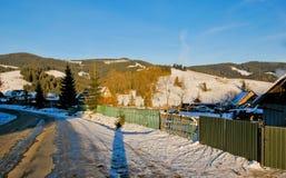 Τοπίο ορεινών χωριών με τα ξύλινα σπίτια στο ηλιοβασίλεμα Στοκ Εικόνα
