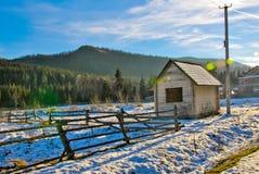 Τοπίο ορεινών χωριών με το ξύλινο σπίτι Στοκ Εικόνες