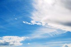 Τοπίο ουρανού του νεφελώδους ουρανού Μπλε απέραντο υπόβαθρο ουρανού με τα άσπρα δραματικά σύννεφα Στοκ Εικόνες