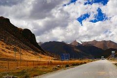 Τοπίο οδικών βουνών στην κίνηση τουρισμού xizang Στοκ Εικόνες