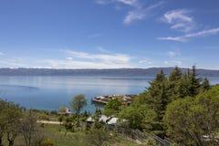 Τοπίο πέρα από το Κόλπο των κόκκαλων με τα σπίτια σωρών Λίμνη της Οχρίδας στοκ φωτογραφία
