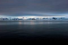 Τοπίο, παγόβουνα, βουνά και ωκεανός της Ανταρκτικής στην ανατολή Στοκ Φωτογραφίες