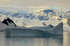Τοπίο, παγόβουνα, βουνά και ωκεανός της Ανταρκτικής στην ανατολή Στοκ Εικόνες