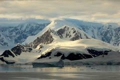 Τοπίο, παγόβουνα, βουνά και ωκεανός της Ανταρκτικής στην ανατολή Στοκ εικόνα με δικαίωμα ελεύθερης χρήσης