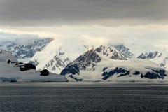 Τοπίο, παγόβουνα, βουνά και ωκεανός της Ανταρκτικής στην ανατολή Στοκ Φωτογραφία