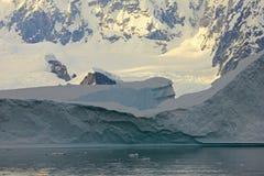 Τοπίο, παγόβουνα, βουνά και ωκεανός της Ανταρκτικής στην ανατολή Στοκ φωτογραφία με δικαίωμα ελεύθερης χρήσης