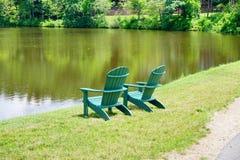 Τοπίο πανεπιστημιουπόλεων κολλεγίου ΑΜ Holyoke: πράσινες καρέκλα και λίμνη Στοκ εικόνες με δικαίωμα ελεύθερης χρήσης